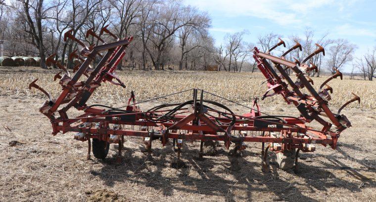IH 20′ hydraulic fold field cultivator